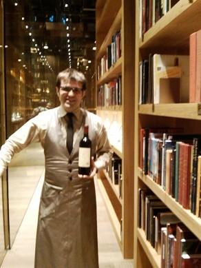 Monvínic en Barcelona César Cánovas -sumiller- junto a la fantástica biblioteca.