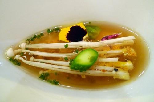 Restaurante Apicius sopa de marisco con enoki