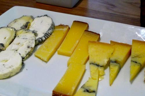 Restaurante Cava Siglos tabla de quesos franceses
