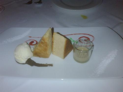 La Chumbera Brownie de chocolate blanco con helado de vainilla y baileys .