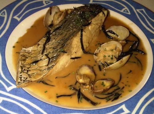 Restaurante El Celler Corvina con almejas y algas.