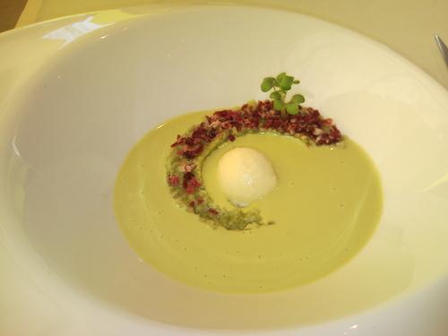 Samsha Ajoverde de pistachos con tabulé de hierbabuena, helado de huevo duro y jamón ibérico crujiente