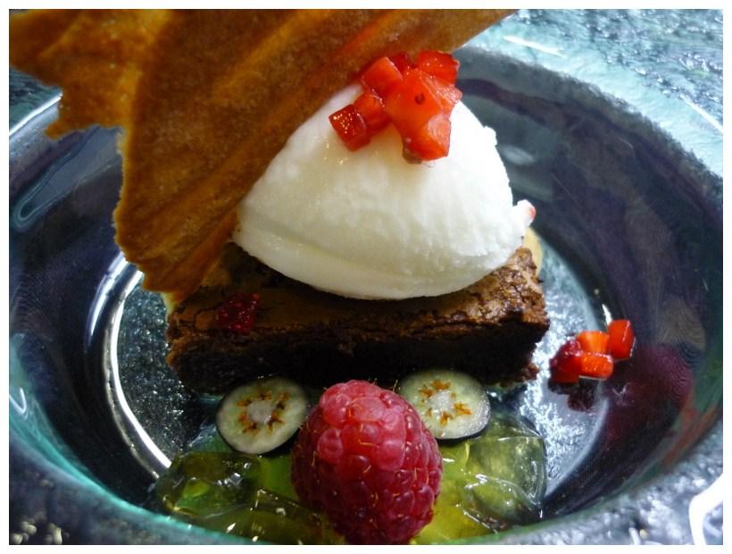 A Tu Gusto brownie de chocolate con helado de canela y frutos rojos