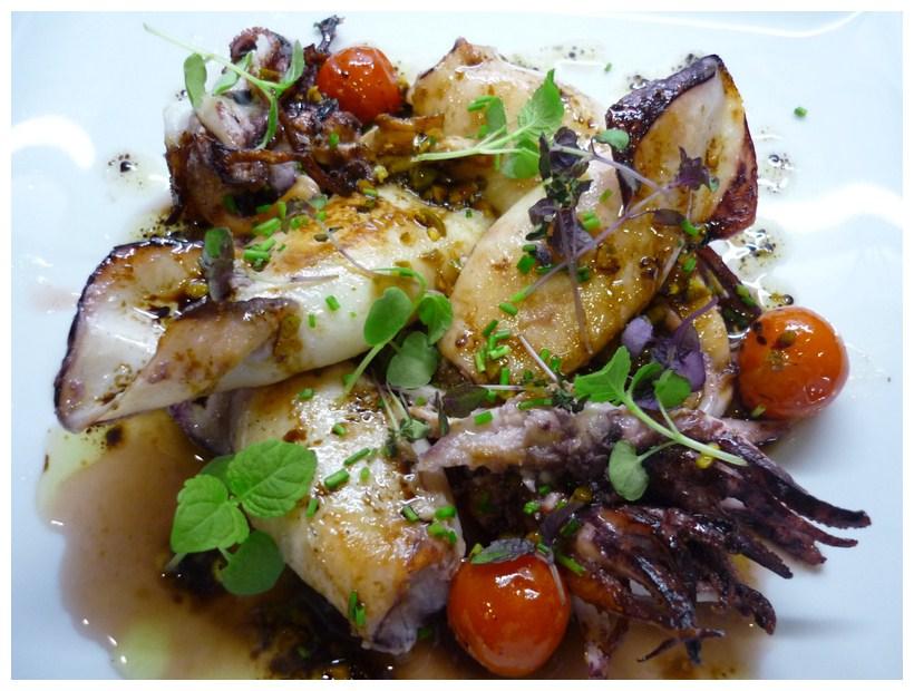 Restaurante A Tu Gusto chipirones plancha con vinagreta de pistachos y cebollino