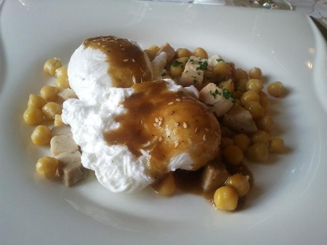 Restaurante en Manlleu Huevos escalfados con garbanzos y tocino fresco.