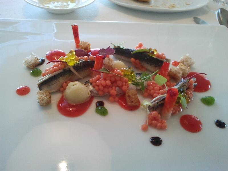 Bo.tic en Corça Sardinas marinadas con pan, tomate, aceitunas y fresas.