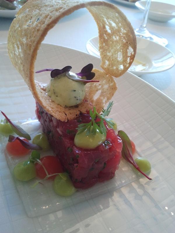 Bo.tic Tartar de atún con hierbas frescas y aguacate.