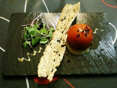 Malkebien en Valencia Tomate Pentxar relleno de brandada de anchoa