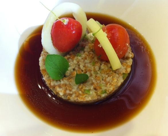 Restaurante Samsha Tabulé de espelta con cherries rellenos de crema helada de atún, aros de pepino y caldo de bonito seco.