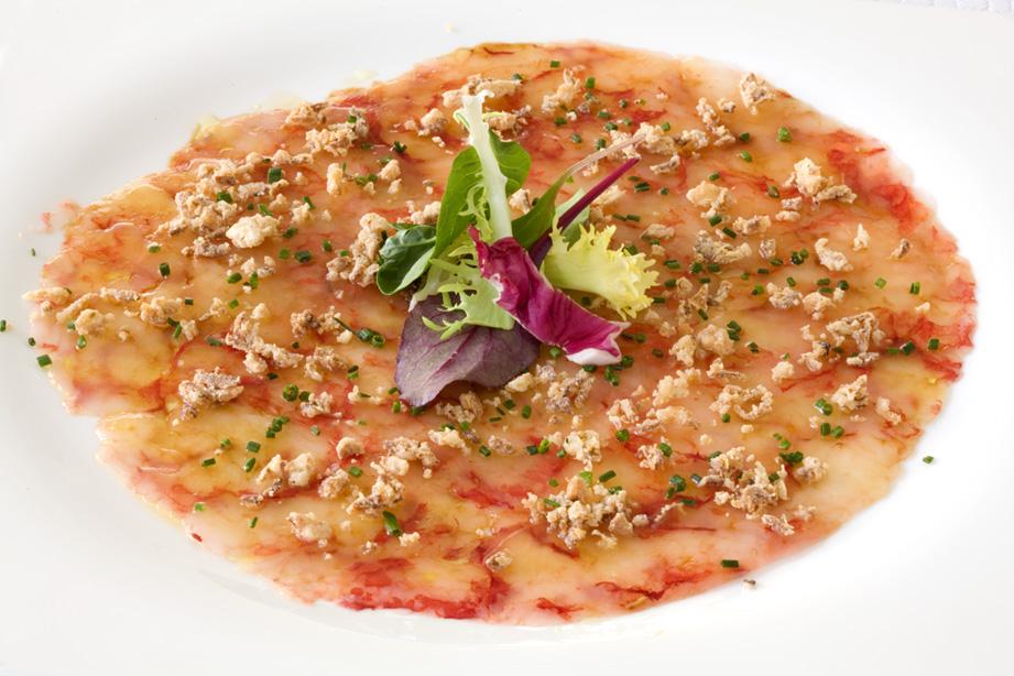 La Cuina en Ontinyent Carpaccio de gamba con cebolla crujiente y soja.