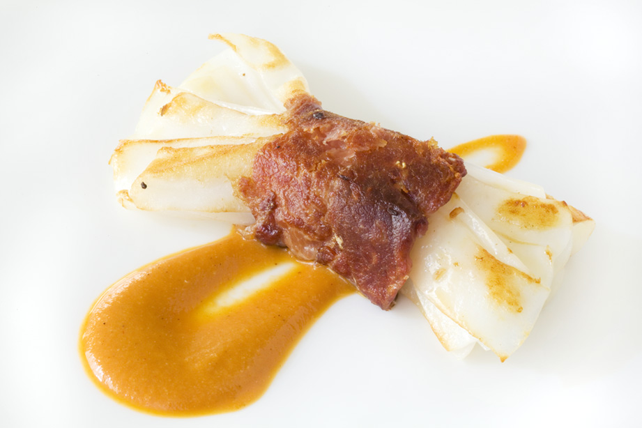 Restaurante La Cuina Atadillo de sepia con jamón ibérico y romescu.