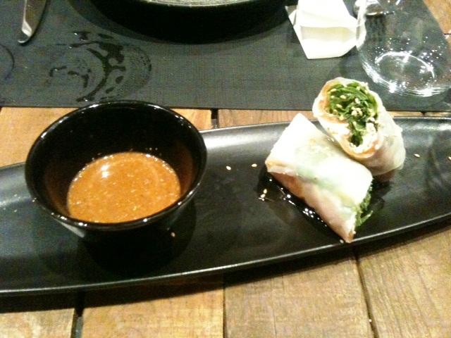Canalla Bistro Nem vietnamita de salmón, queso tártaro y rúcula