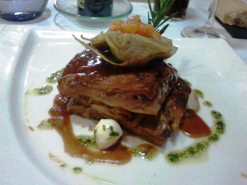 Restaurante en Tarragona Paletilla de cordero deshuesada cocida a baja temperatura con alcachofas, tomate  y mozzarella