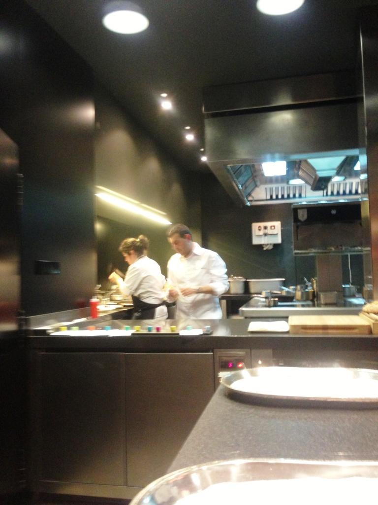 Restaurante Ricard Camarena Detalle final de mesa y cocina