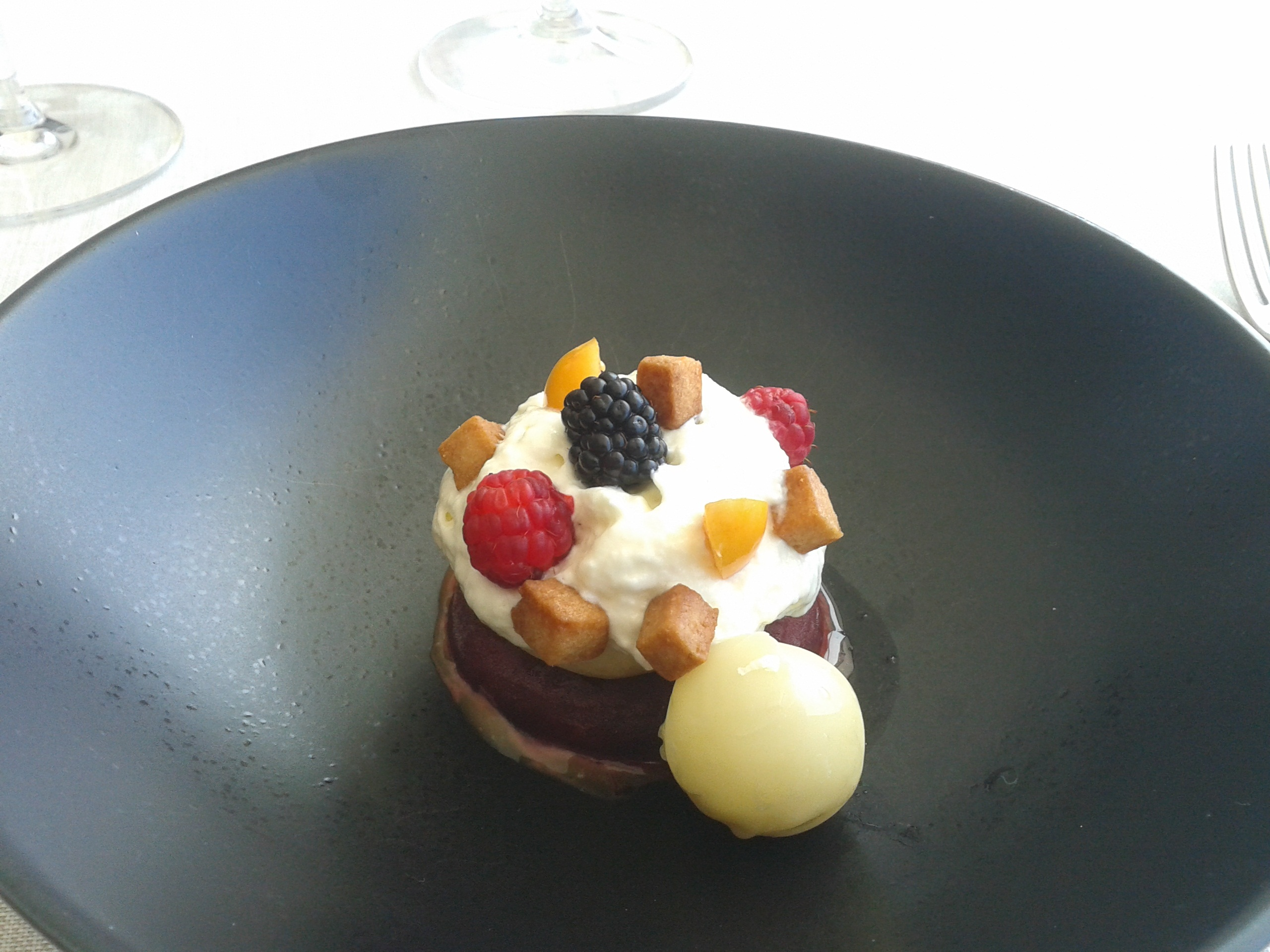 Culler de Pau en O Grove Frutos rojos con Cebreiro, ganache de chocolate blanco y fisalis