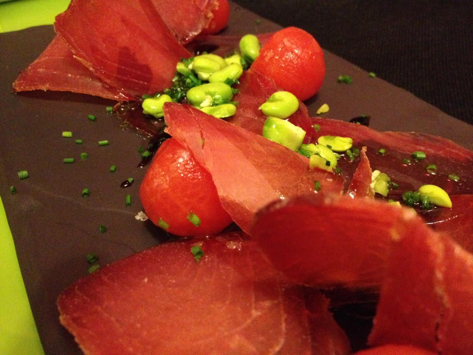 Ciro Ensalada de mojama, tomate y habas