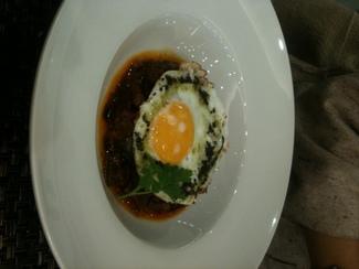 Sanfaina con huevo trufado y crujiente de jamón