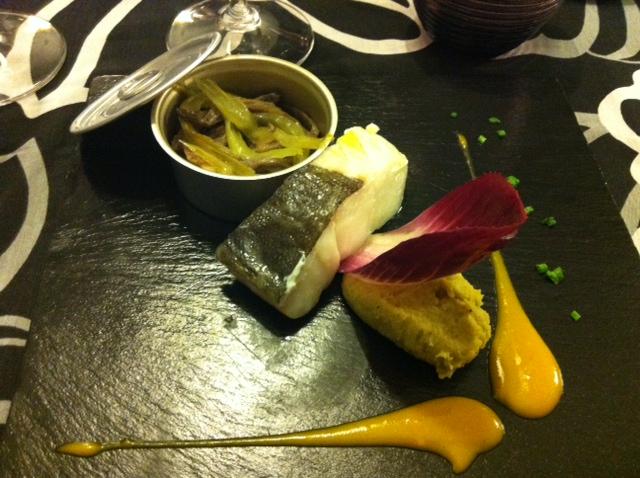 Restaurante Malkebien Lomo de Bacalao de Islandia con Humus de Alubia Verdina y Curry, Salteado de Seta de Cardo y Apio y Cremoso de Mango y Cardamomo