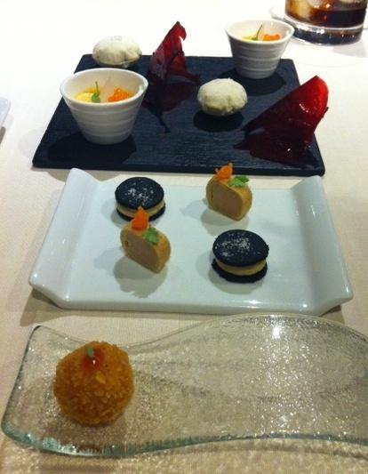 Restaurante en Valencia Aperitivos: bocadito de foie, mini-oreo de crema de garbanzos y aceituna negra, cherry en tempura, papel de remolacha, airbag de guacamole y cuajada de mejillón con huevas de trucha