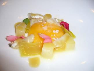 Huevo con cocochas, patatas y piparras