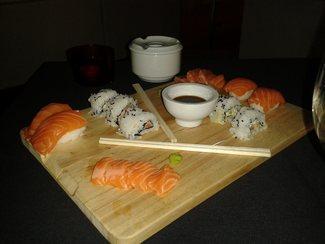 Niguiris de pescado azul, melaza de soja y miel; California Rolls; Sashimi de salmón con vinagreta de jengibre y guindilla