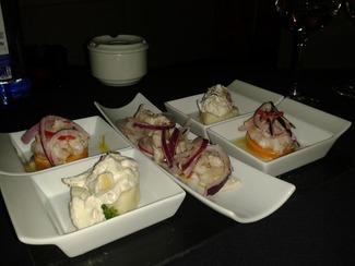 Causa limeña (pollo, aguacate y tomate); Ceviche Sureño; Ceviche de langostino y Camote