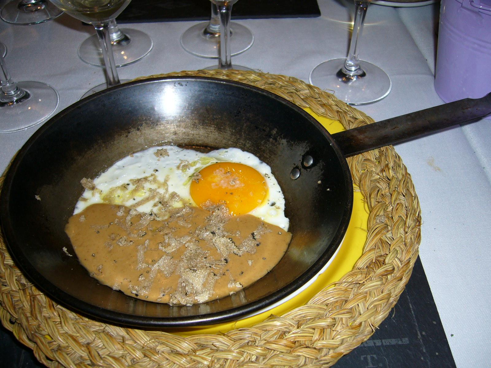 Viridiana Huevos de corral en sartén sobre Mousse de Hongos
