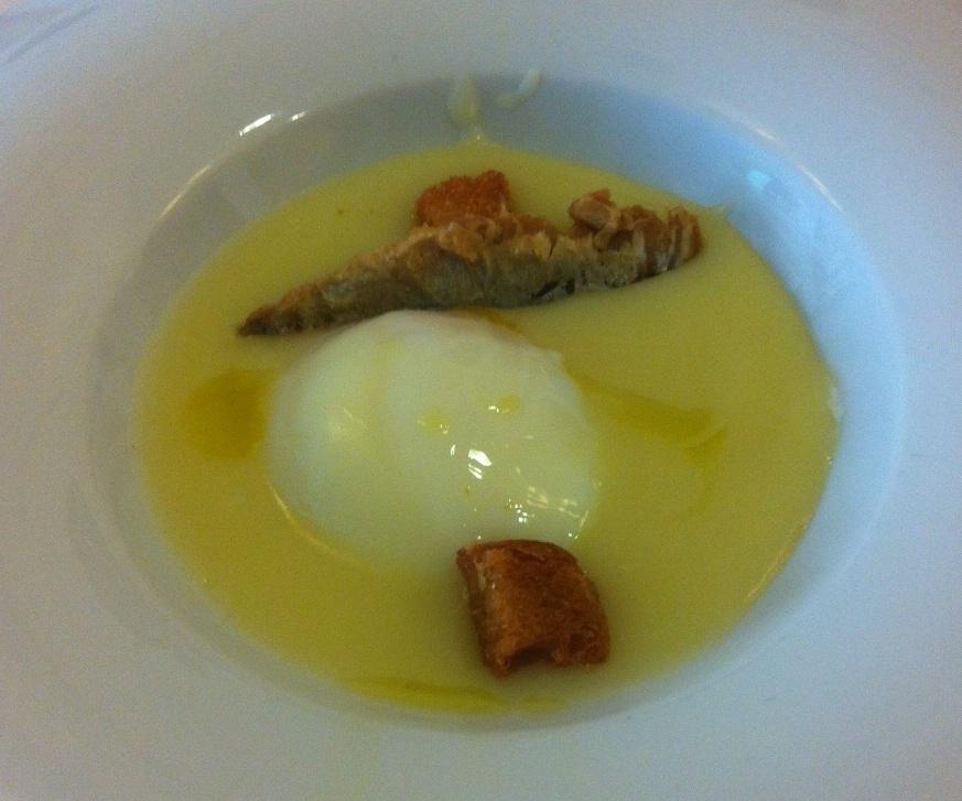Vins i més en Gandia Huevo Poché sobre Cama de Crema de Patata y Sardina