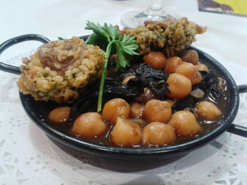El Terrat en Tarragona Falsa paella de Garbanzos con Trompeta de la muerte, Callos de Bacalao y Ortigas de mar. Restaurant El Terrat de Tarragona