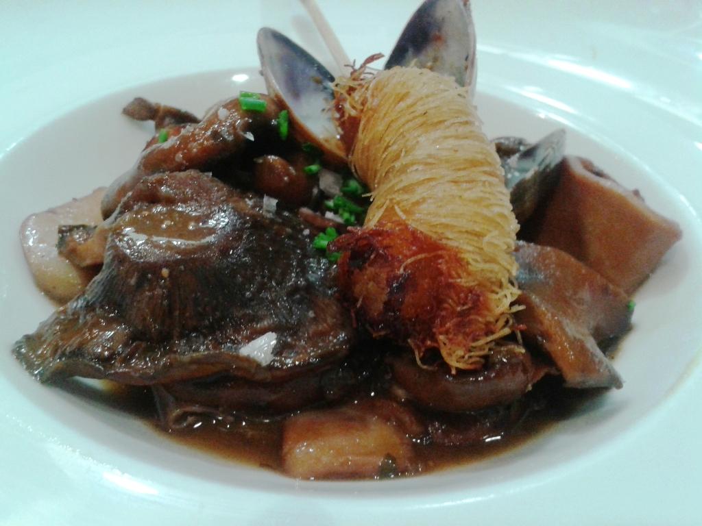 Restaurante El Terrat Salteado de Calamarcitos con Níscalos, Higos, Almejas y Kataifi de Langostinos al curri. Restaurant El Terrat de Tarragona