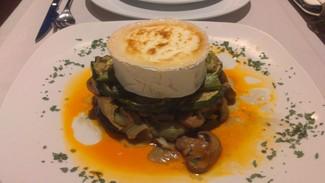 Verduras y rulo de queso