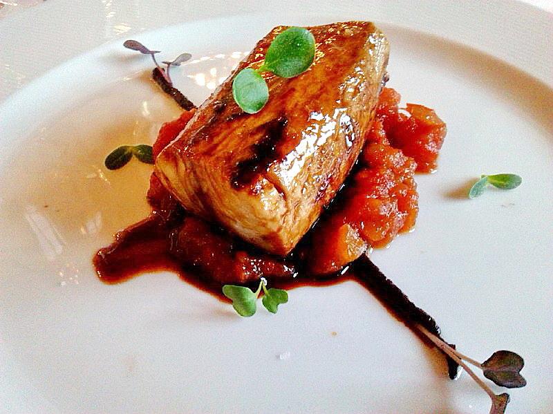 La Mozaira Bonito caramelizado en teriyaki y fondo oscuro de sus espinas y tomate frito de miel de romero