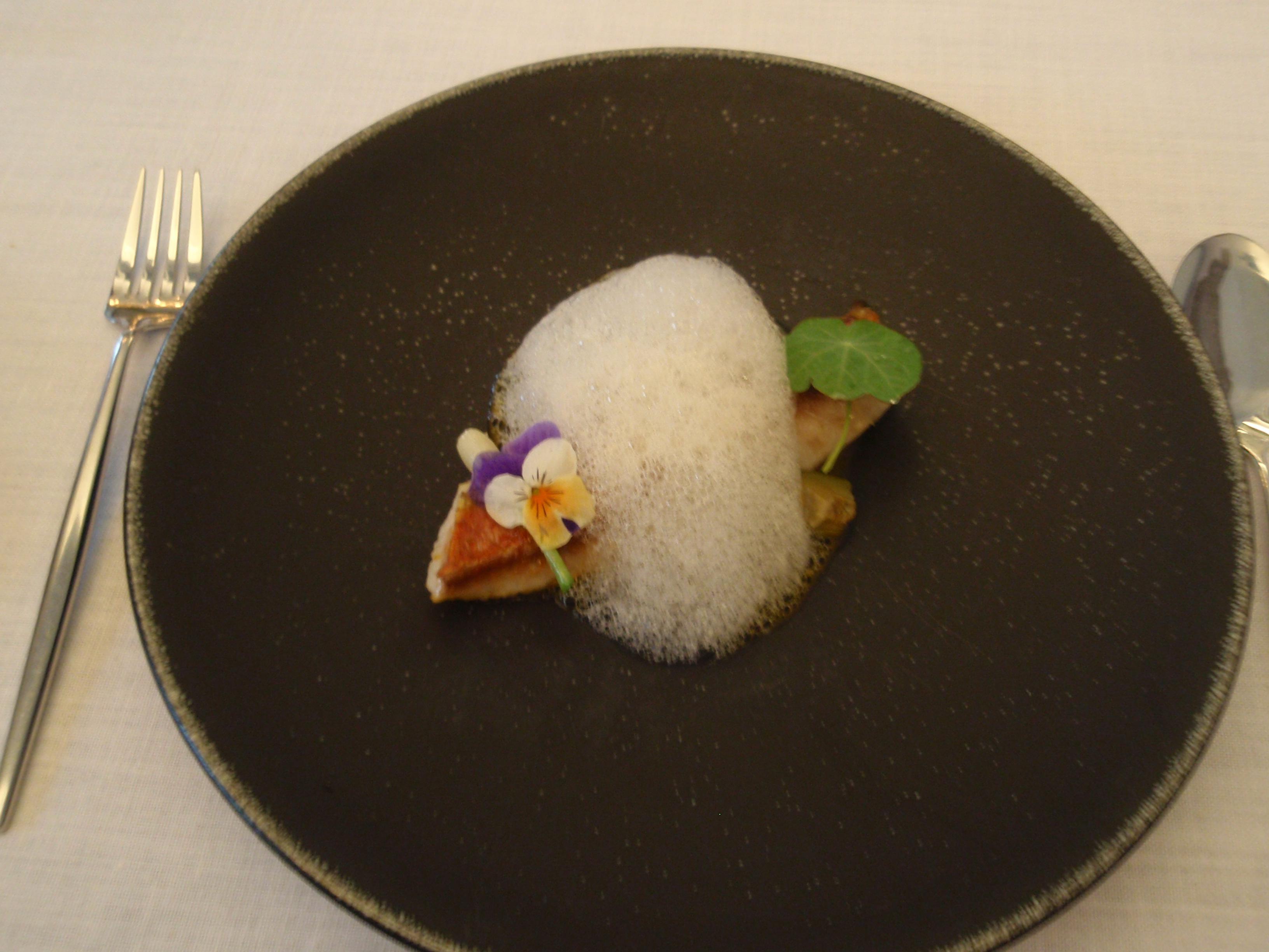 Restaurante en Madrid Lomo de salmonete en caldo corto de azafrán