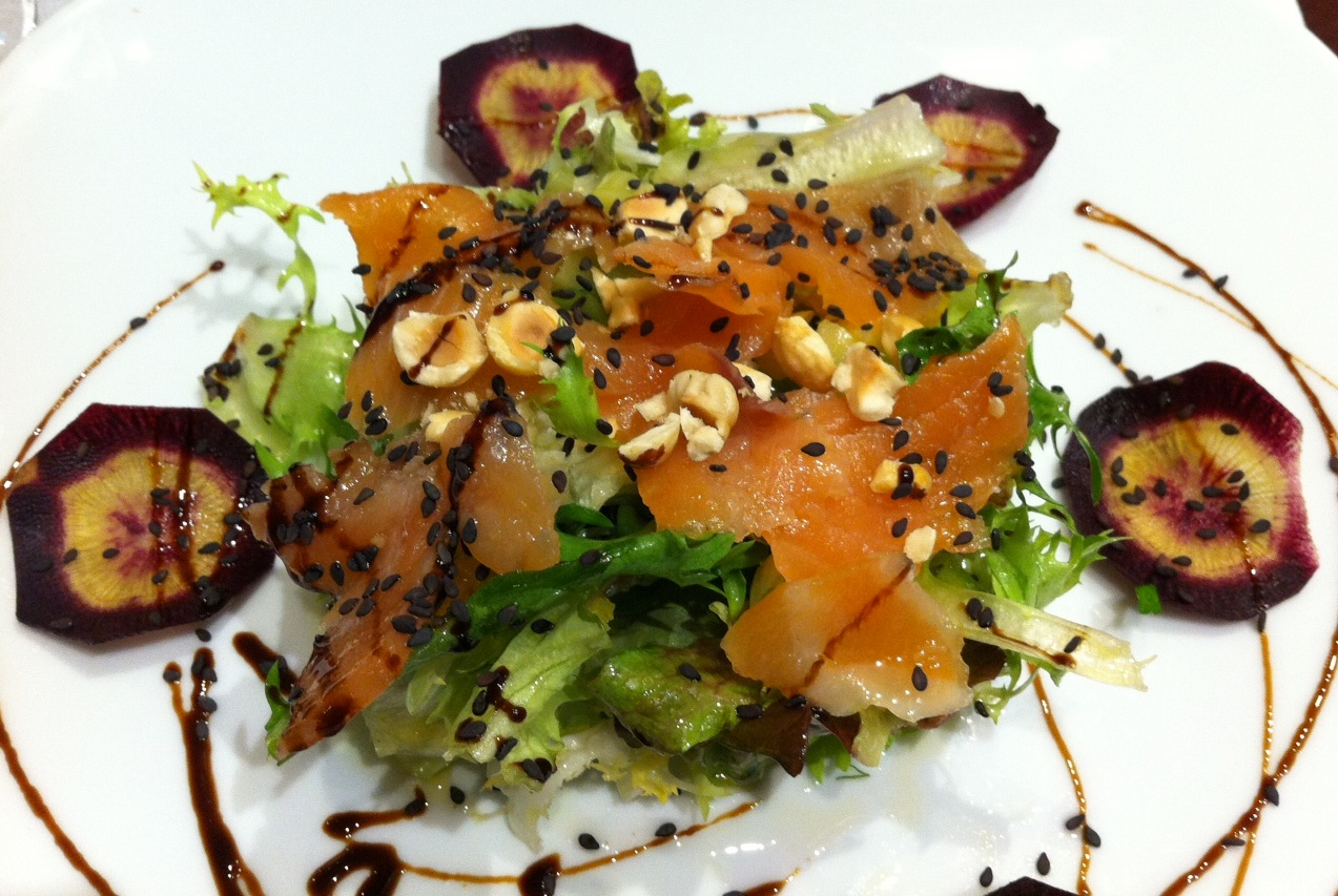 Restaurante en Valencia Ensalada con Salmón, Frutos Secos y Semillas