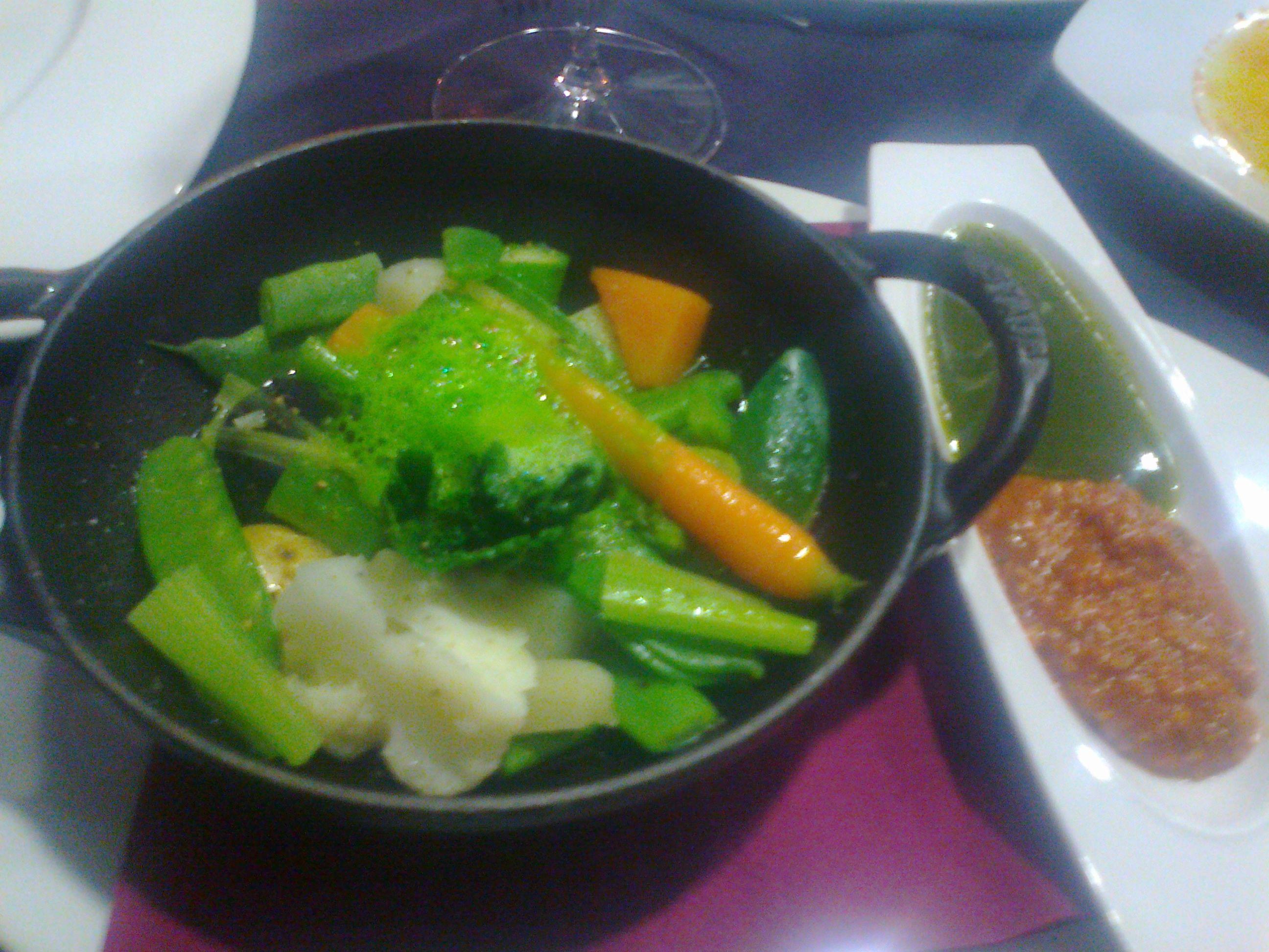 Restaurante La Taverna del Clínic Verduras crujientes al vapor con salsa romesco y pesto