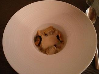 Sopa fresca de puerro y coco con pequeña moluscada