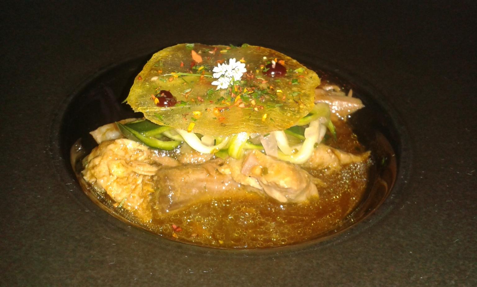 La Salita en Valencia Parpatana glaseada con jugo de caballa y manitas, con salteado de pepino agridulce