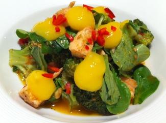 Ensalada sentida de brócoli, mango y pollo