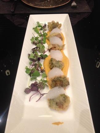 Orgía de mar en tempura con salsa romescu.