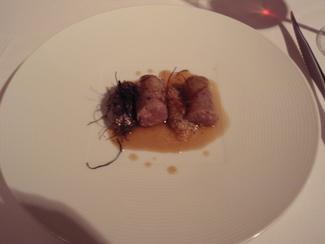 """Butifarra"""" de lechazo con hilos de chile y berenjena"""