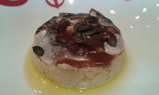 Sardinas marinadas con puré de garbanzos y pipas de calabaza