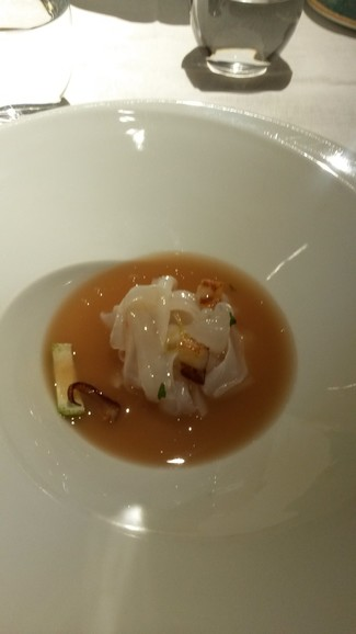 Tallarines de calamar con un toque picante y caldo de chipirón