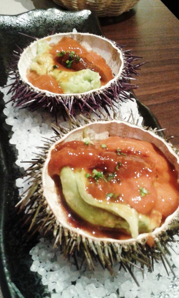 Topik Erizos con crema de guacamole, de Topik Restaurant de Barcelona