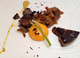 Pollo de corral con foie, setas, yema y carbones