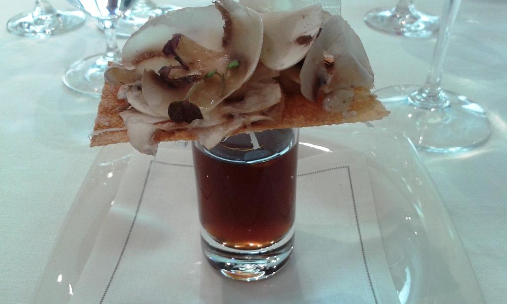 Restaurante Angle Focaccia de setas crudas, foie y trufa con consomé. Restaurant Angle Barcelona