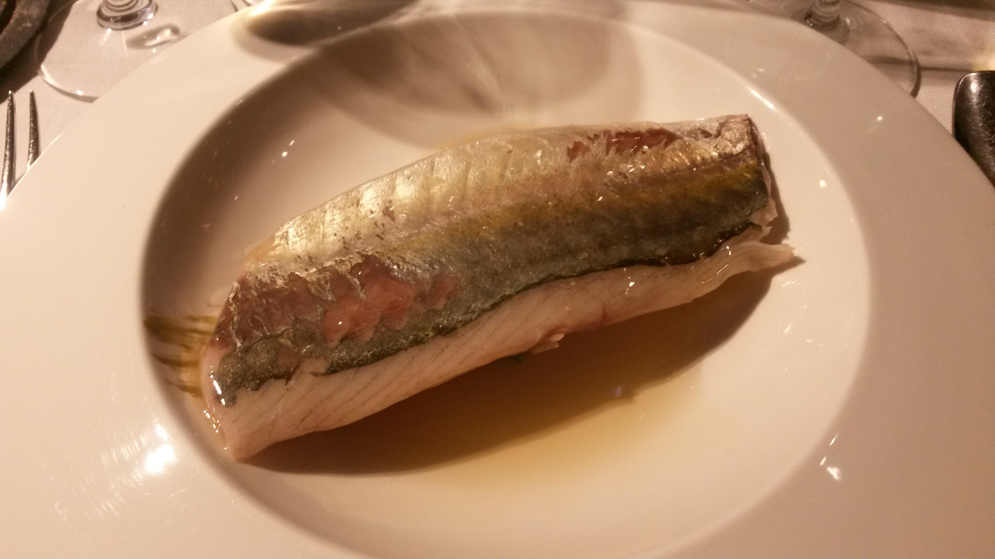 Alabaster Jurel con caldo de salazones