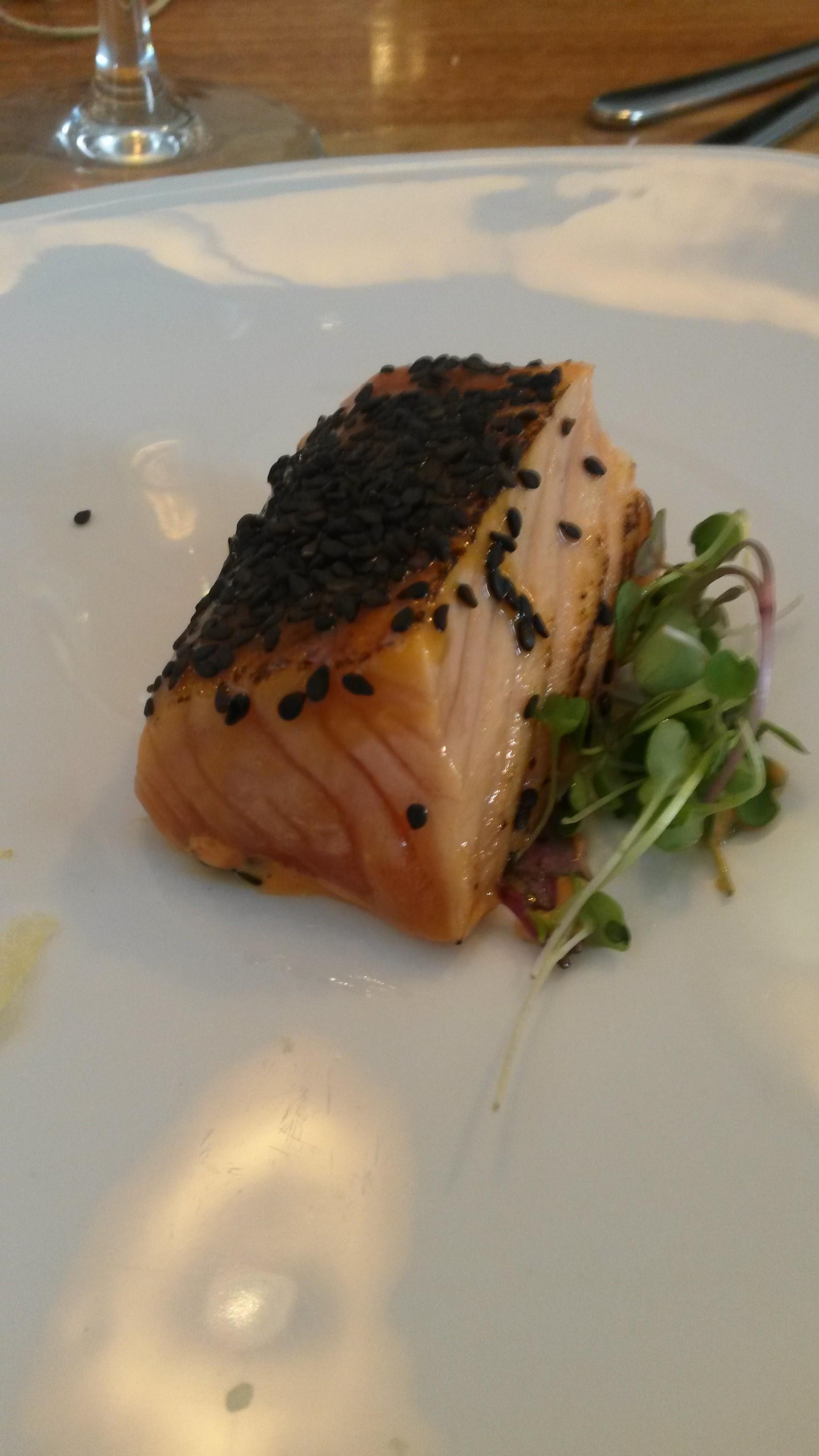 Restaurante Lua salmón ahumado con miso, yuzu y chile dulce
