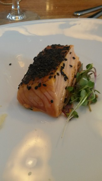 salmón ahumado con miso, yuzu y chile dulce