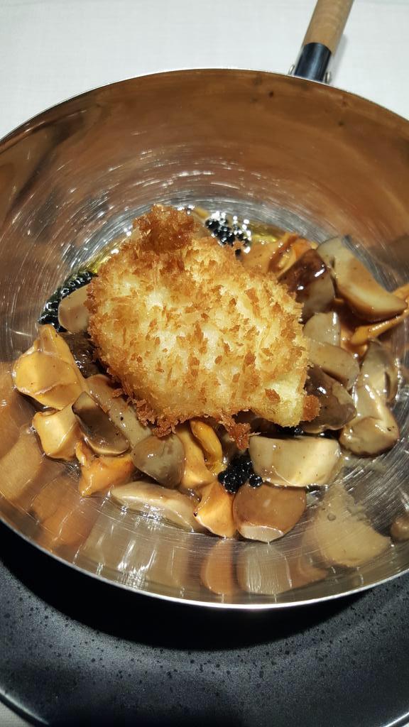 Alabaster en Madrid Huevo pochado a baja temperatura, empanado y frito.