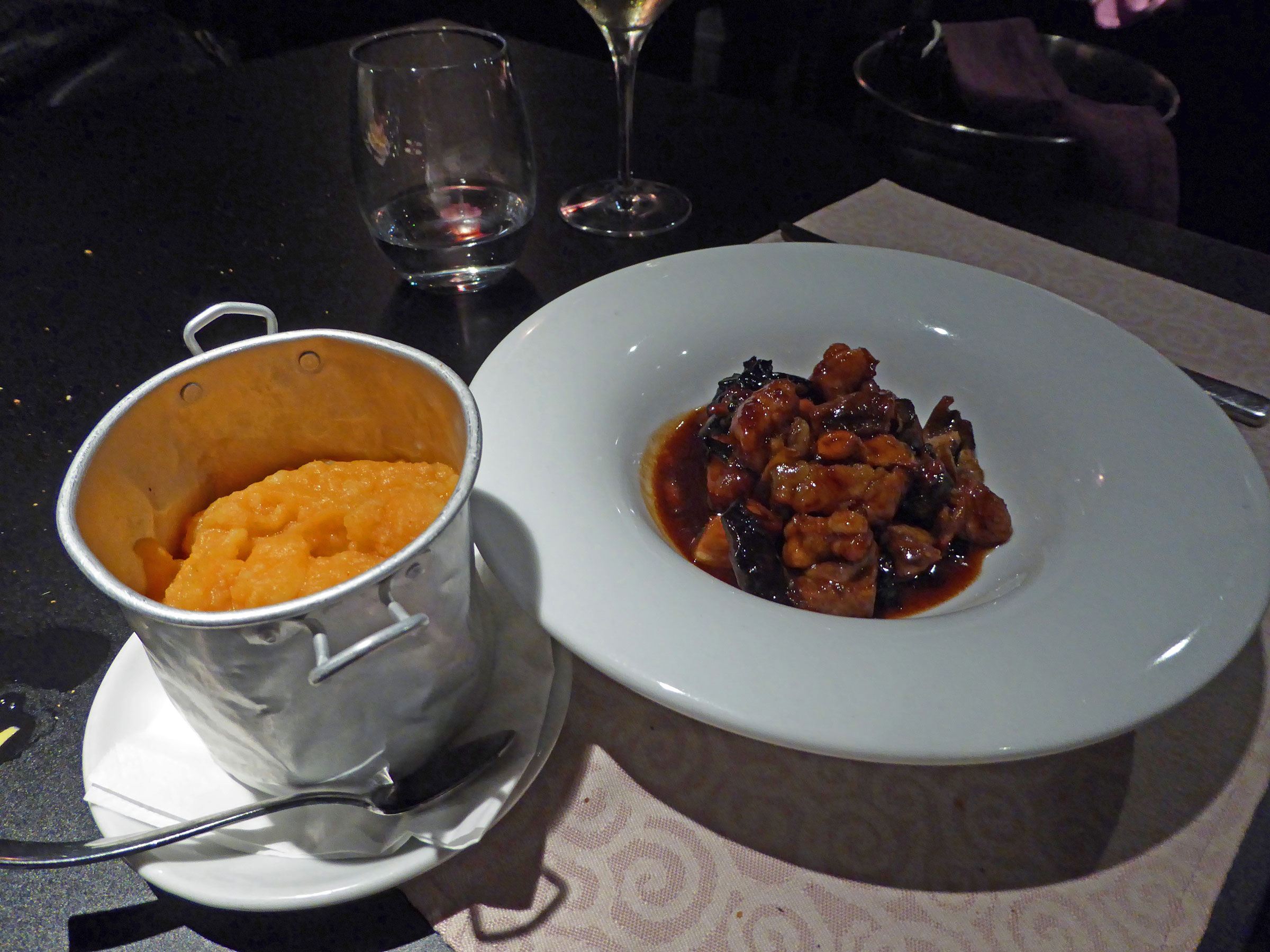 Restaurante Lakasa de César Martín  Revolconas Adolfo con mollejas de ternera,,sobre la base de un taco de panceta crujiente y setas (media ración)